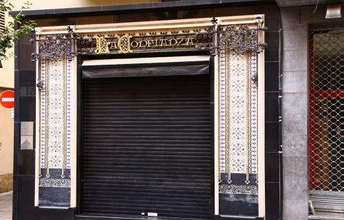 Puerta de la Fideueria La Confiança de Mataró. CC BY 3.0 - amadalvarez / Wikimedia Commons