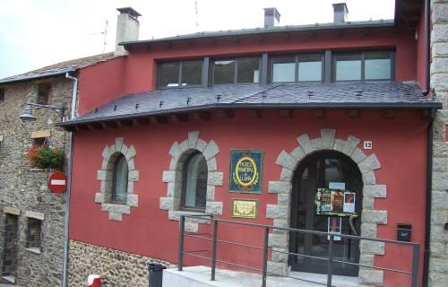 Vista de la façana de la Farmàcia Esteve de Llívia. Domini Públic