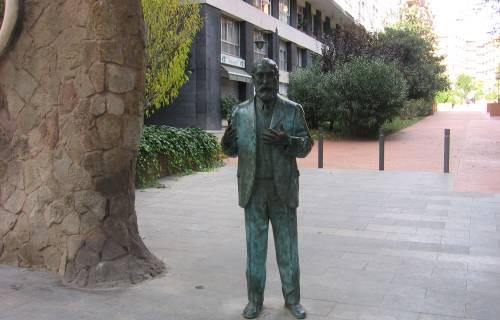 Antoni Gaudí's statue. CC BY-SA 3.0 - Canaan / Wikimedia Commons