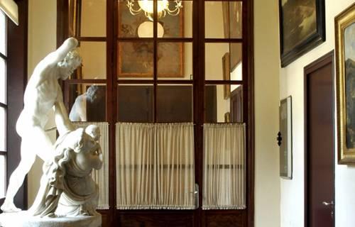 Passadís d'entrada a la Reial Acadèmia Catalana de Belles Arts de Sant Jordi. RACBASJ / Wikimedia Commons. Domini públic