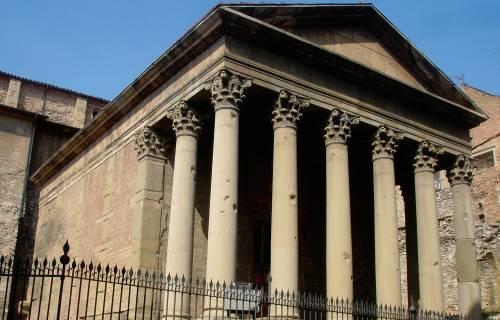 Façana del Temple Romà de Vic. Domini Públic
