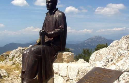 Monument dedicat a Jacint Verdaguer a la Mare de Déu del Mont. CC BY-SA 3.0 - DavidianSkitzou / Wikimedia Commons