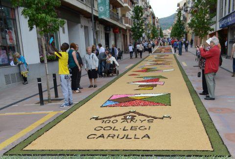 Catifa de flors de la Carretera feta per alumnes i professors de l'Institut Montsoriu d'Arbúcies durant les Enramades de l'any 2016. CC BY-SA 4.0 - Auledas / wIkimedia Commons