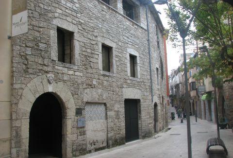 Fachada del Palau de la Pia Almoina de Banyoles. Joan301009 / Wikimedia Commons. CC BY-SA 3.0
