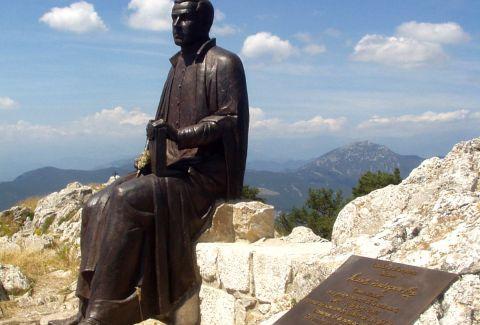 Monumento dedicado a Jacint Verdaguer en la Mare de Déu del Mont. CC BY-SA 3.0 - DavidianSkitzou / Wikimedia Commons
