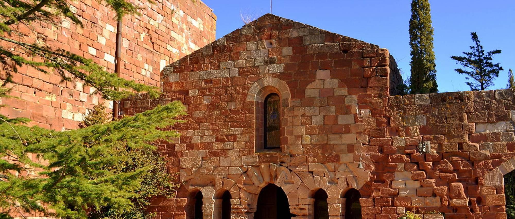 Vista del recinte del claustre del Castell Monestir d'Escornalbou. Angela Llop / Wikimedia Commons. CC BY-SA 2.0