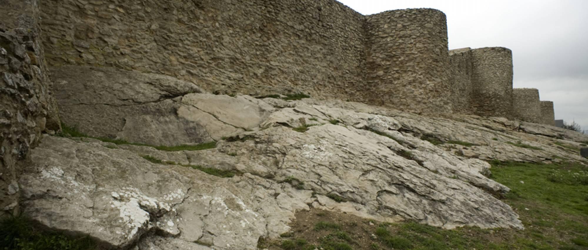 Vista dels murs del castell. PMRMaeyaert / Wikimedia Commons. CC BY-SA 3.0 es