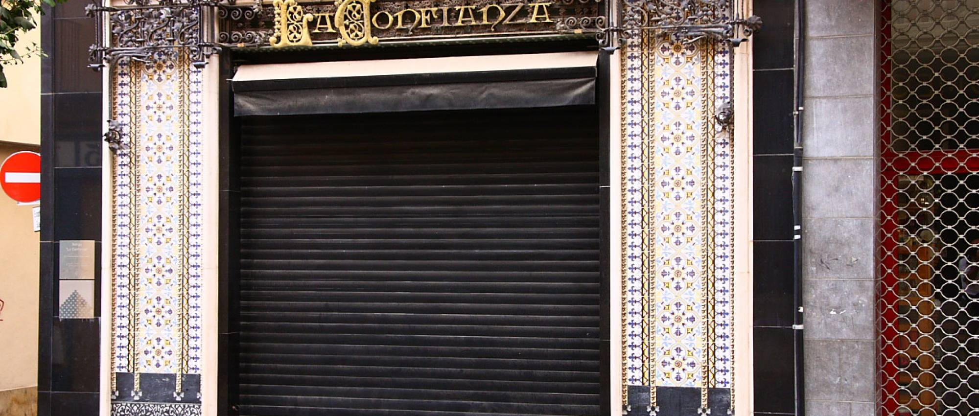 Porta de la Fideueria La Confiança de Mataró. CC BY 3.0 - amadalvarez / Wikimedia Commons