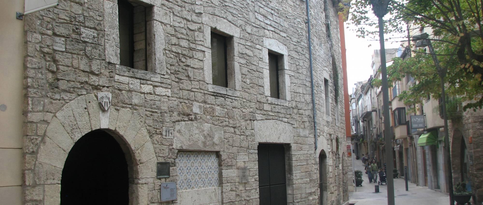 Façana del Palau de la Pia Almoina de Banyoles. Joan301009 / Wikimedia Commons. CC BY-SA 3.0