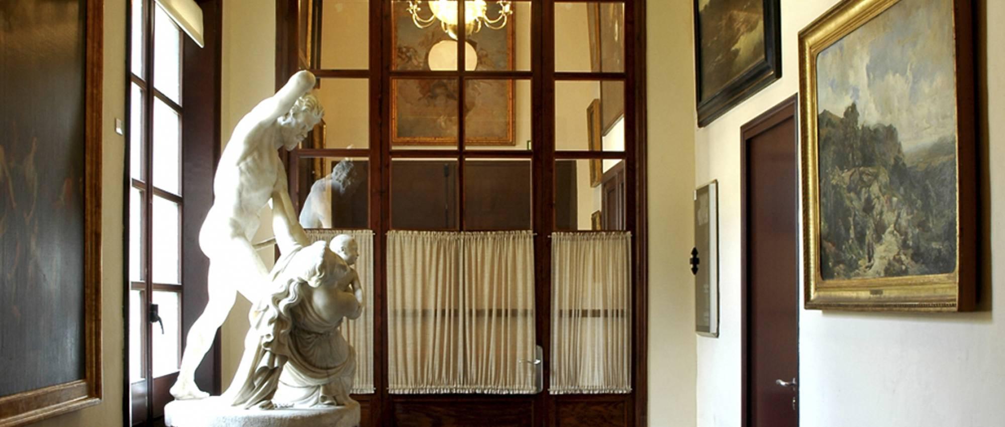 Pasillo de entrada a la Real Academia Catalana de Bellas Artes de San Jorge. RACBASJ / Wikimedia Commons. Domini públic